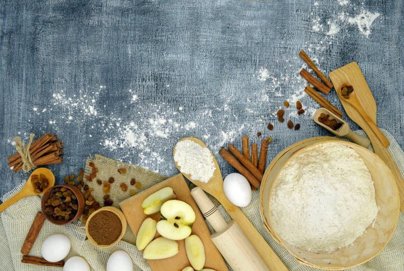 Produkty dla wakacyjnego pieczenia Odgórny widok nowy rok, fasoli marchewek kalafiorów karmowi naturalni smyczkowi warzywa obraz stock