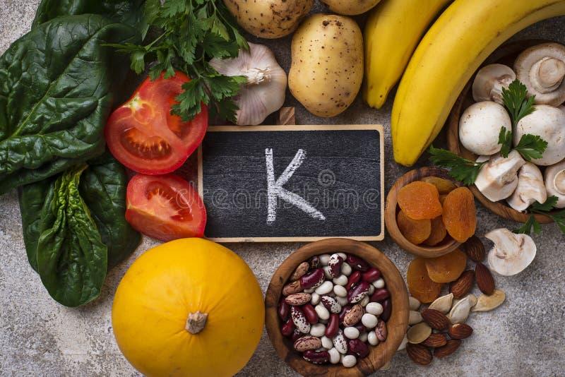 Produkty zawiera potas pojęcia zdrowe jedzenie zdjęcia royalty free