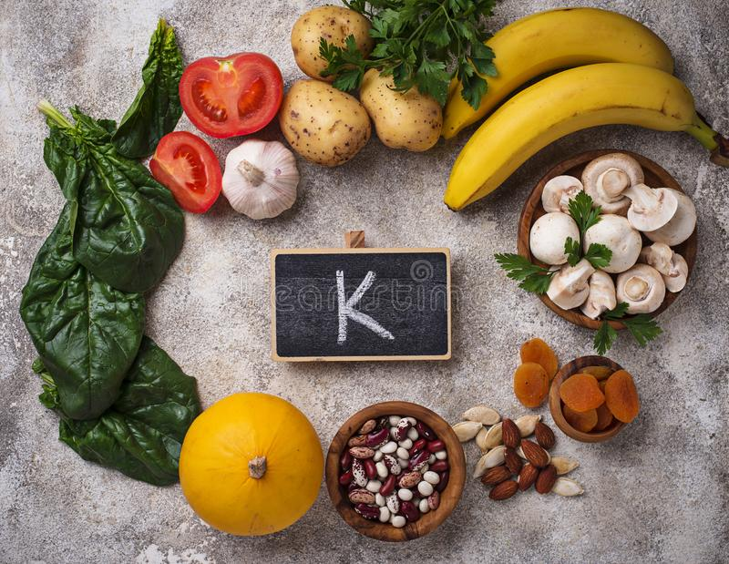 Produkty zawiera potas pojęcia zdrowe jedzenie fotografia stock
