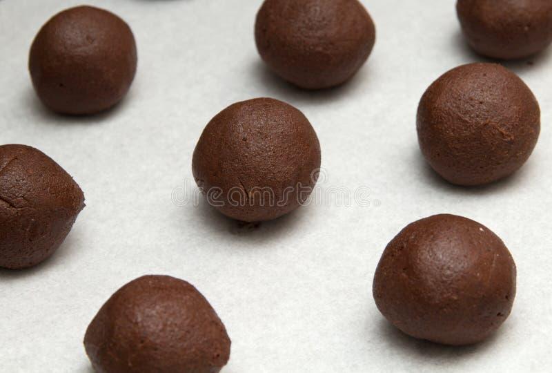 Produrre i biscotti del cioccolato fotografie stock