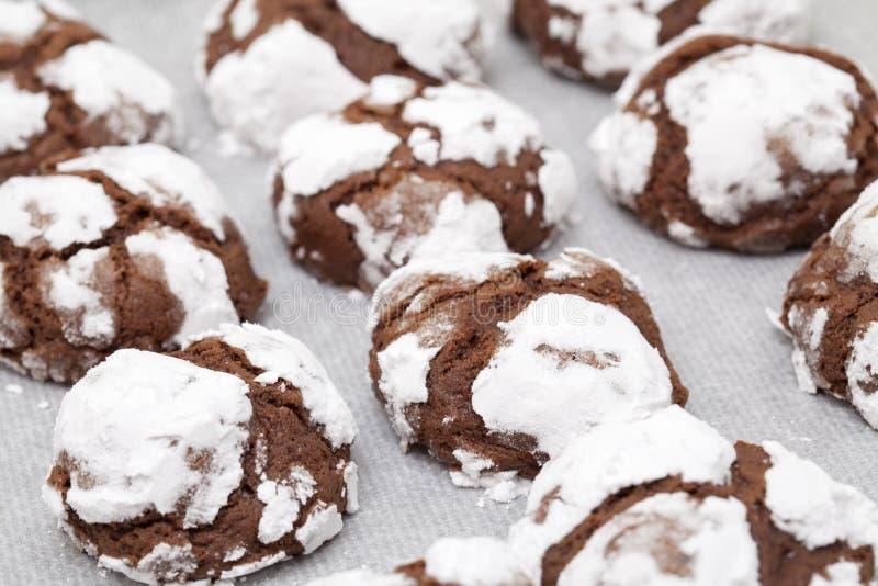 Produrre i biscotti del cioccolato fotografia stock libera da diritti