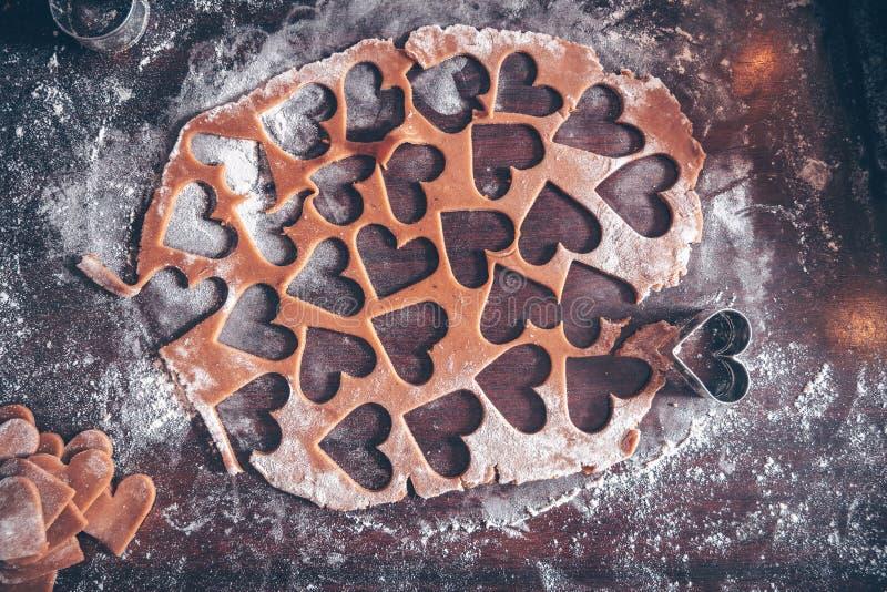 Produrre i biscotti del pan di zenzero fotografia stock libera da diritti