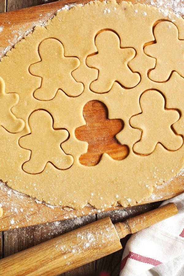 Produrre i biscotti del pan di zenzero fotografia stock