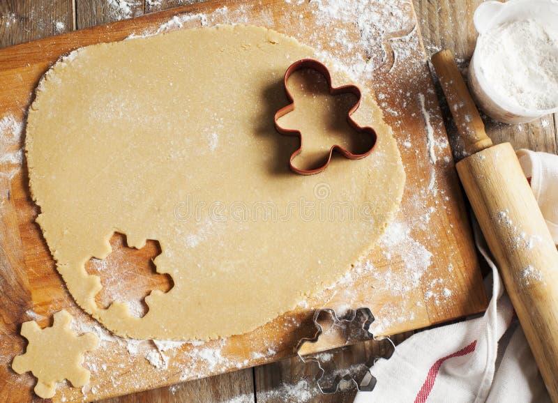 Produrre i biscotti del pan di zenzero immagine stock libera da diritti