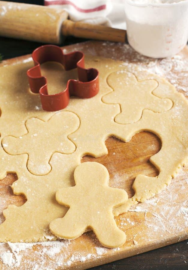 Produrre i biscotti del pan di zenzero immagini stock libere da diritti
