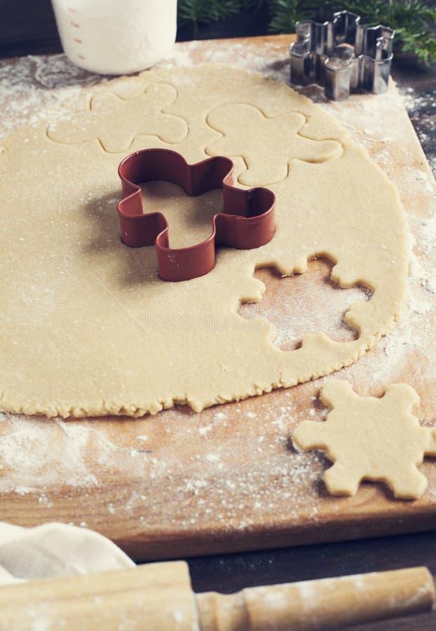 Produrre i biscotti del pan di zenzero Immagine tonificata fotografia stock libera da diritti