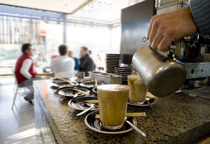Produrre i latte e caffè fotografia stock libera da diritti