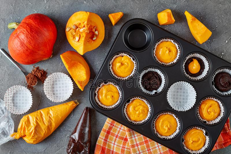 Produrre i muffin della zucca per il partito di Halloween fotografia stock libera da diritti