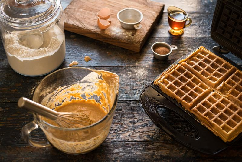 Produrre le cialde casalinghe della zucca per la prima colazione fotografia stock libera da diritti