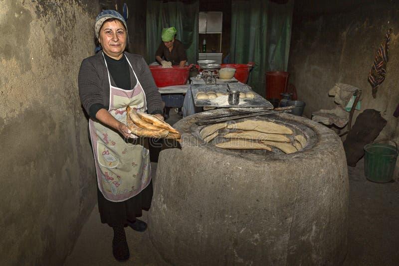 Produrre pane georgiano in Georgia, Caucaso immagine stock