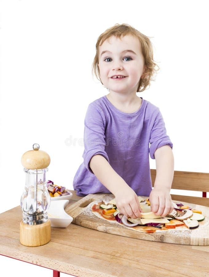 Produrre pizza con un sorriso fotografia stock libera da diritti