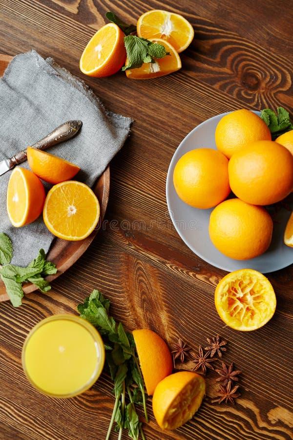 Produrre succo d'arancia per la prima colazione fotografia stock