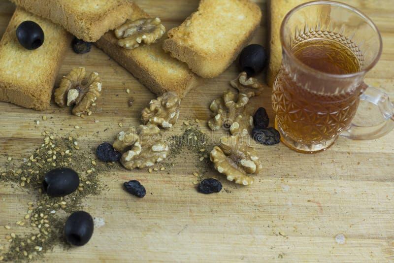 Produto arábico de cozinha ingrediente azeitona preta zaatar torta biscoito chá cawah taça de vidro de madeira platter fotografia de stock