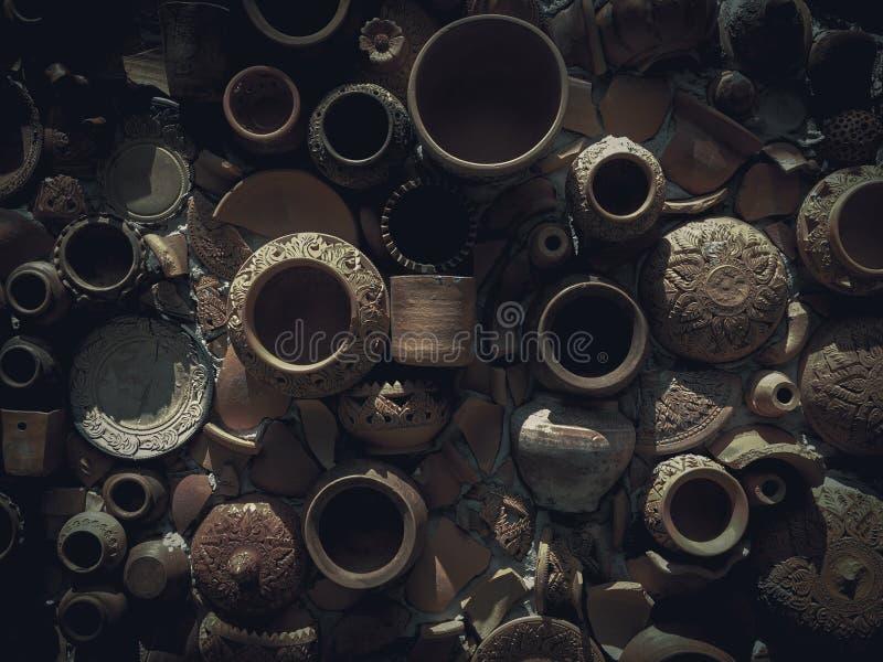 Produto de cerâmica quebrado no fundo antigo da parede Produto de cerâmica tradicional com estilo retro imagens de stock royalty free
