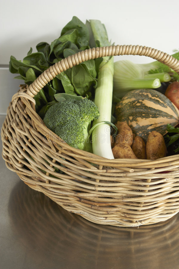 Produto do inverno, legumes frescos na cesta fotos de stock