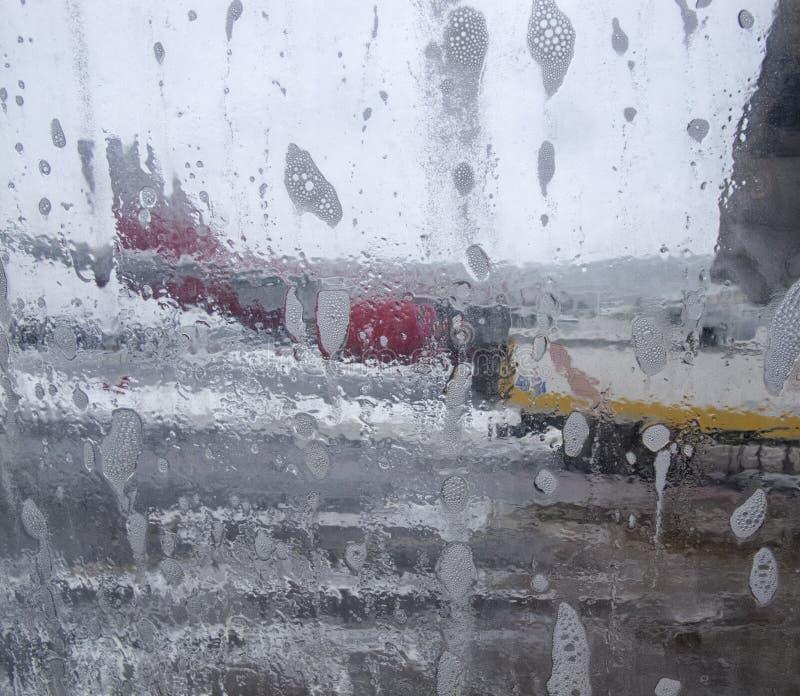 Produto para impedir a formação de gelo para aviões, removendo o gelo de uma asa de aviões imagens de stock royalty free