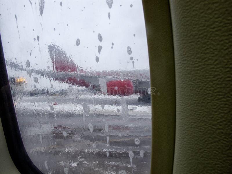 Produto para impedir a formação de gelo para aviões, removendo o gelo de uma asa de aviões foto de stock royalty free