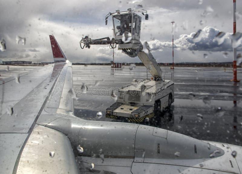 Produto para impedir a formação de gelo para aviões, removendo o gelo de uma asa de aviões fotografia de stock