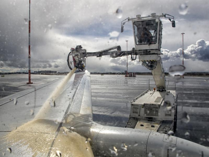 Produto para impedir a formação de gelo para aviões, removendo o gelo de uma asa de aviões fotografia de stock royalty free