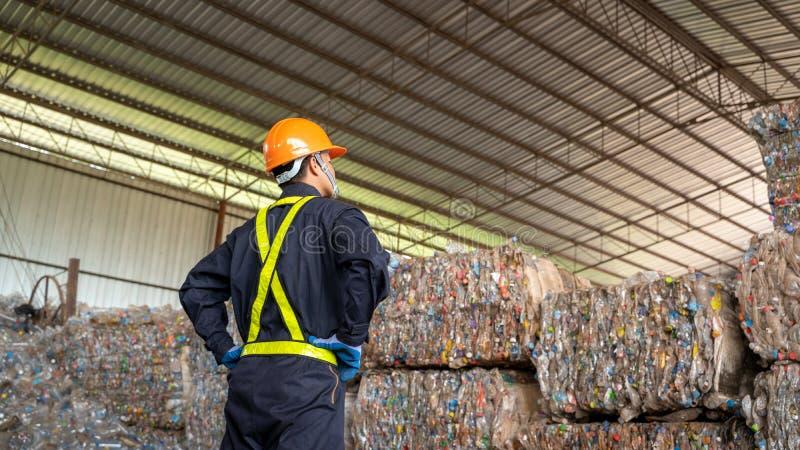 Produto plástico reciclado verificação do coordenador a planta de reciclagem de resíduos fotos de stock royalty free