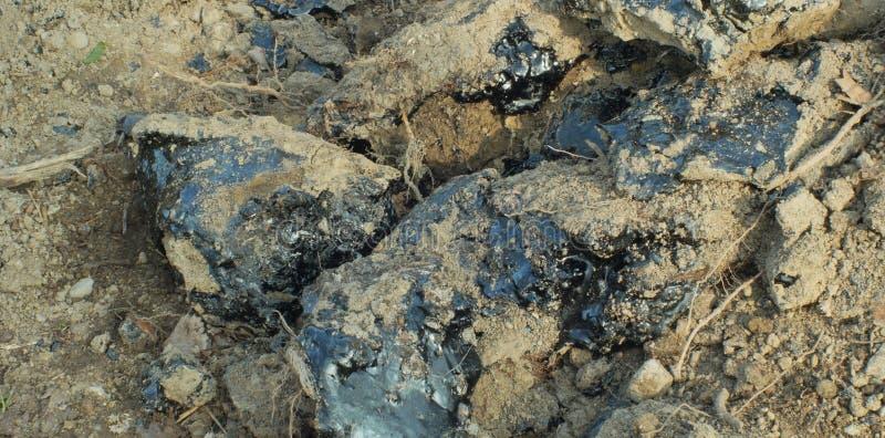 Produto químico tóxico do asfalto do alcatrão em detalhe e argila do close up Desperdício anterior da descarga, natureza dos efei fotos de stock