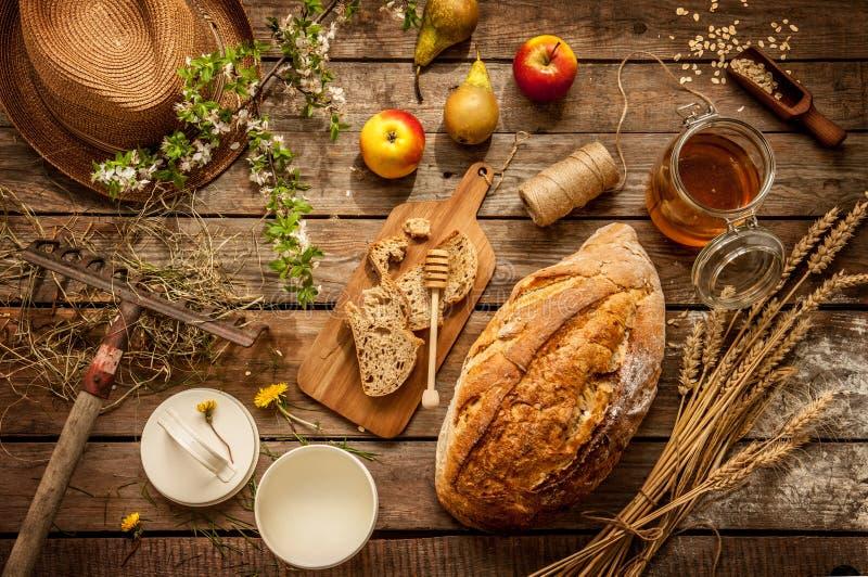 Produtos alimentares locais naturais na tabela de madeira do vintage - país imagens de stock royalty free