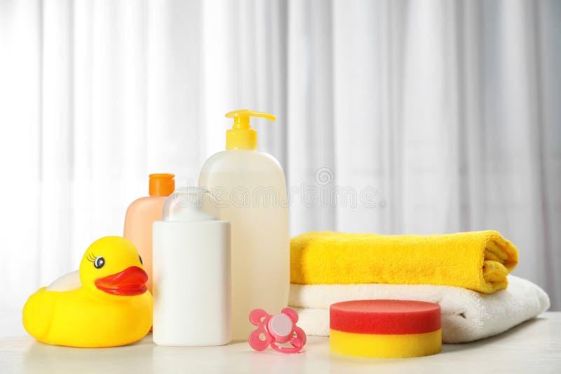 Produtos, brinquedo e toalhas cosméticos do bebê na tabela fotografia de stock royalty free