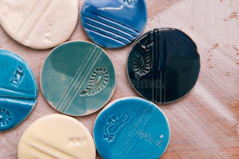 Produtos cerâmicos criativos feitos à mão e objetos foto de stock