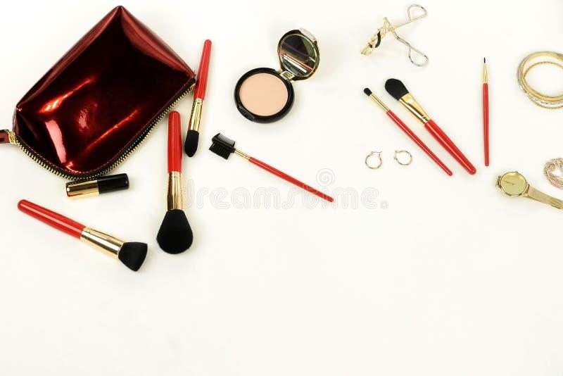 Produtos cosméticos da composição, grupo de escovas e opinião superior do saco cosmético no fundo branco fotos de stock royalty free