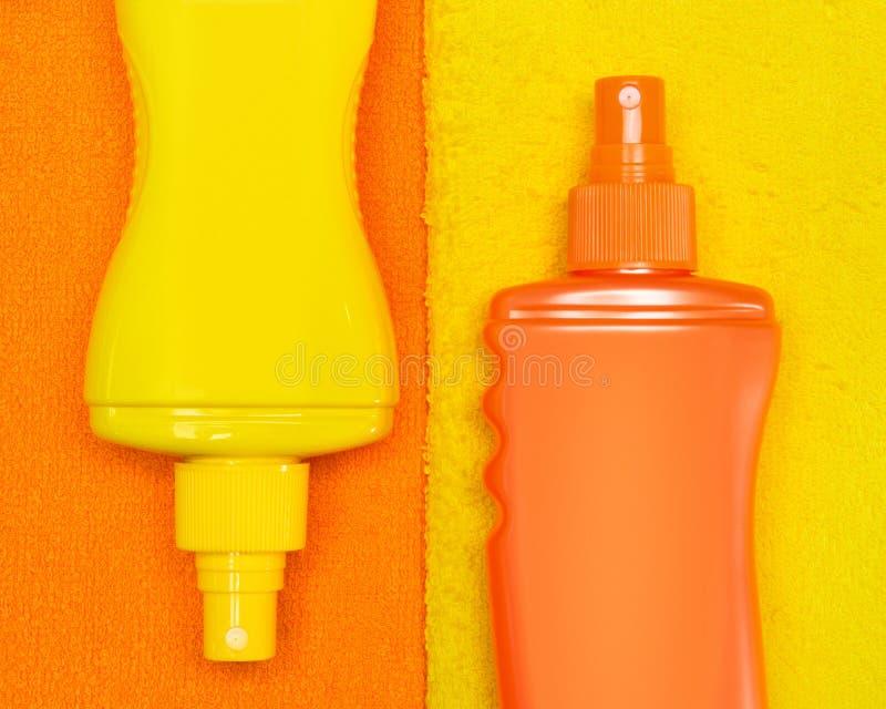 Produtos cosméticos da proteção solar em toalhas de terry foto de stock royalty free