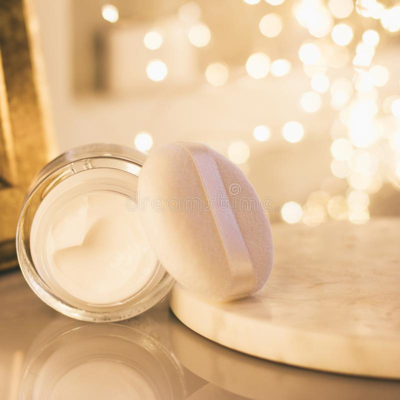 produtos cosméticos luxuosos, creme hidratante da anti-idade - beleza, cosméticos e conceito denominado skincare foto de stock