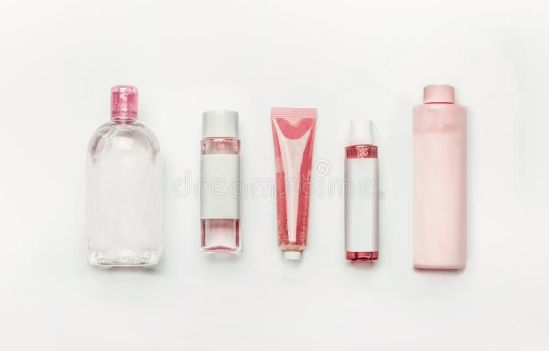 Produtos cosméticos naturais cor-de-rosa: gel, loção, soro, água e tonalizador micellar, garrafas e tubos com zombaria de marcage fotos de stock