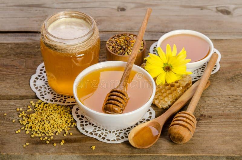 Produtos da abelha & x28; mel, pólen, honeycombs& x29; imagem de stock