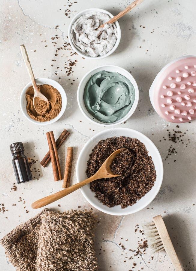 Produtos das anti-celulites da casa - o café esfrega, argila cosmética, óleo alaranjado essencial, massager das anti-celulites da imagem de stock