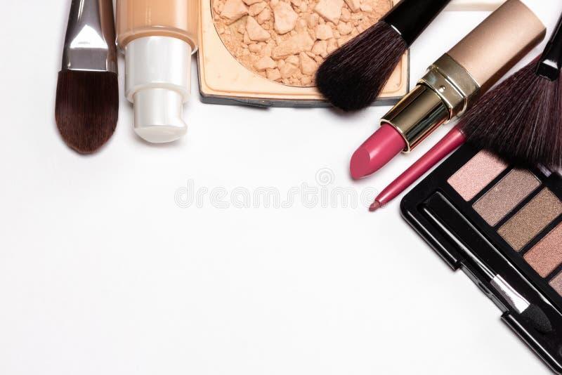 Produtos de beleza para a composição natural na tabela branca com termas da cópia fotografia de stock royalty free
