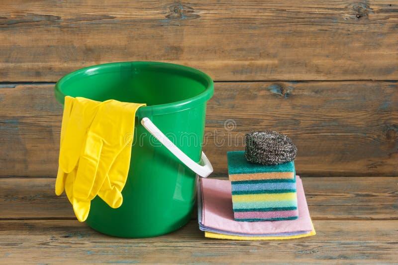 Produtos de borracha do espanador e de limpeza da escova das luvas fotografia de stock royalty free