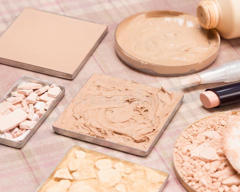 Produtos de composição básicos para criar o tom de pele bonito imagens de stock royalty free