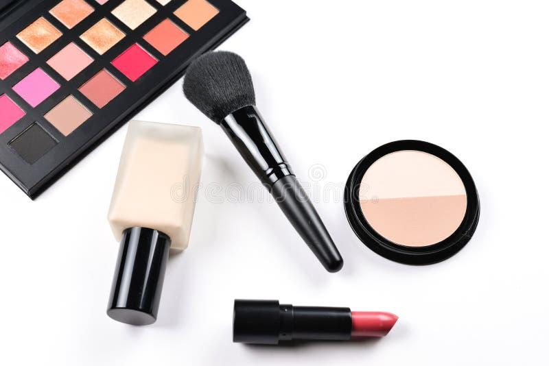 Produtos de composição com os produtos de beleza, fundação, batom, sombras para os olhos, chicotes do olho, as escovas e as ferra fotos de stock