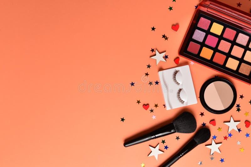 Produtos de composição na moda profissionais com os produtos de beleza, sombras para os olhos, chicotes do olho, as escovas e as  imagem de stock