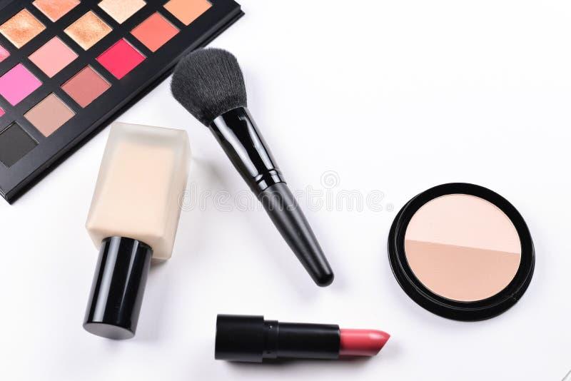 Produtos de composição profissionais com os produtos de beleza cosméticos, fundação, batom, sombras para os olhos, chicotes do ol imagens de stock