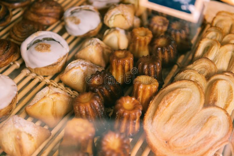 Produtos de forno justo delicioso que está na exposição da janela na padaria francesa foto de stock royalty free