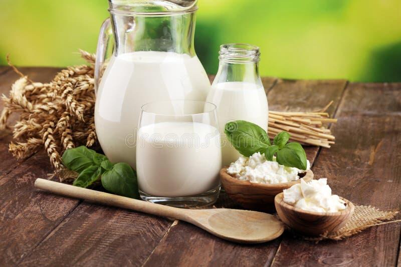 Produtos de leite produtos láteos saudáveis saborosos em uma tabela o creme de leite em uma bacia branca, bacia do requeijão, des foto de stock royalty free