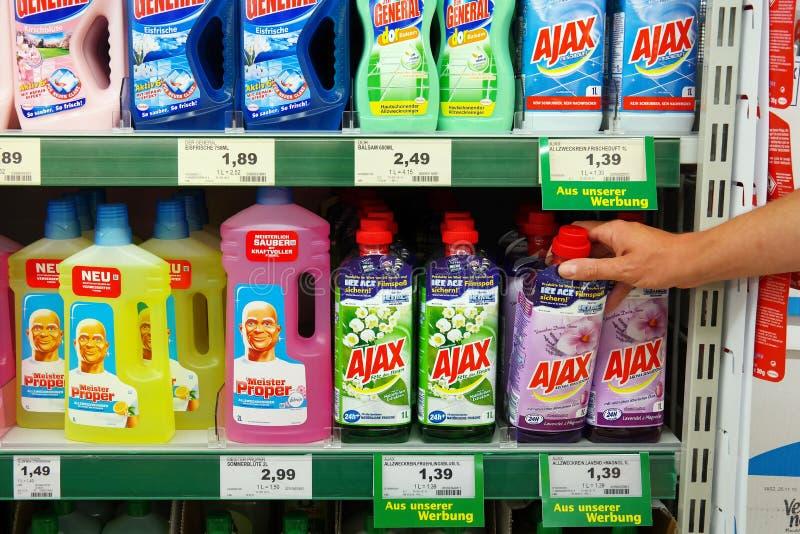 Produtos de limpeza em uma loja fotografia de stock