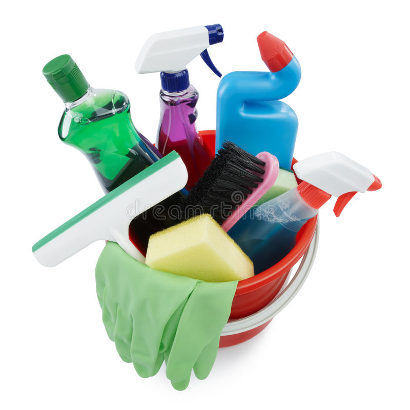 Produtos de limpeza na cubeta imagem de stock
