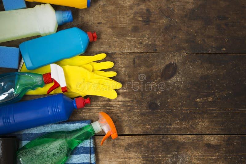 Produtos de limpeza no fundo de madeira Conceito da limpeza da casa foto de stock