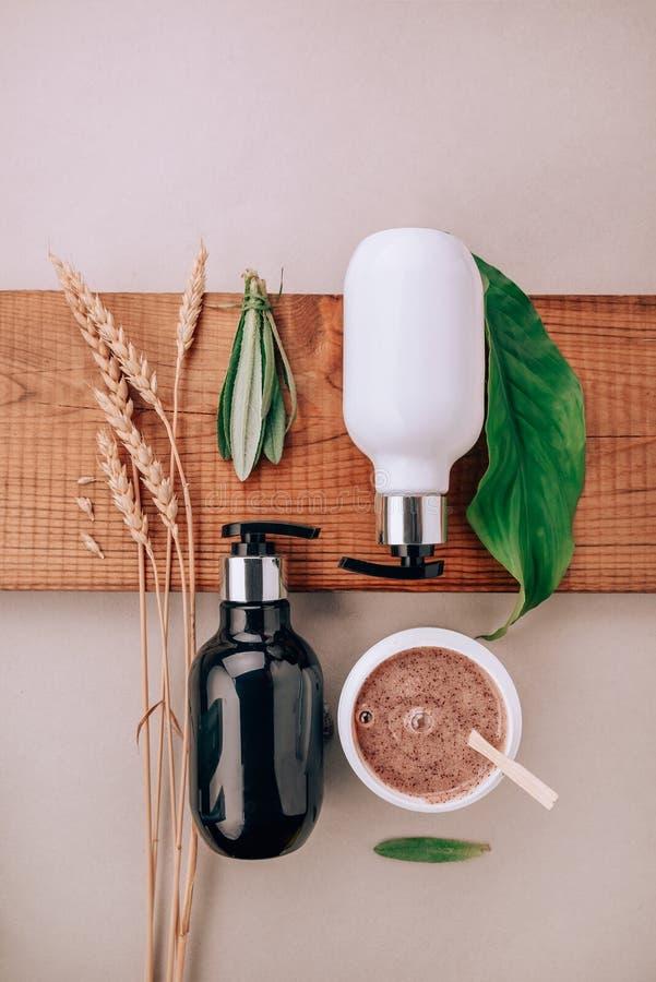 Produtos do close-up de produtos do cuidado do cabelo e do escalpe Configuração lisa, conceito do minimalismo de cuidados capilar imagens de stock royalty free