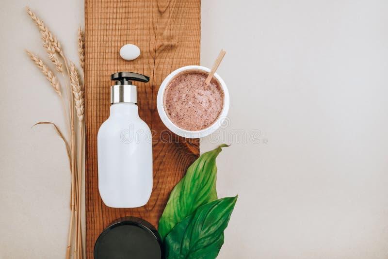 Produtos do close-up de produtos do cuidado do cabelo e do escalpe Configuração lisa, conceito do minimalismo de cuidados capilar foto de stock