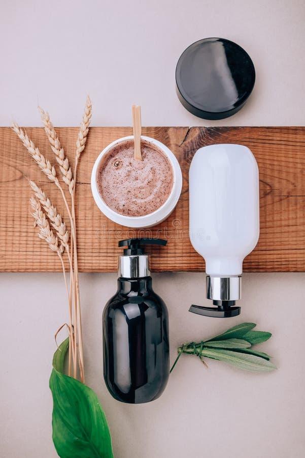Produtos do close-up de produtos do cuidado do cabelo e do escalpe Configuração lisa, conceito do minimalismo de cuidados capilar imagens de stock