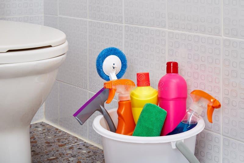 Produtos e ferramentas de limpeza da casa foto de stock royalty free