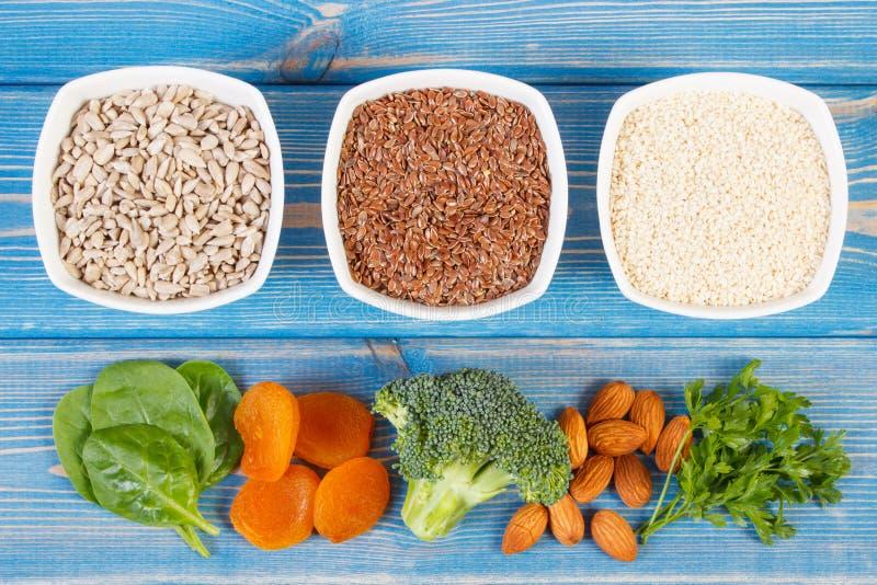 Produtos e ingredientes que contêm o cálcio e a fibra dietética, conceito da nutrição saudável imagem de stock